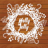 Guirlande de Noël faite de feuille et fleur sur le dessus de table, décoration de porte d'hiver, livre blanc et fond en bois Tem  Photographie stock libre de droits