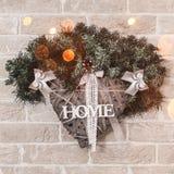 Guirlande de Noël pour la maison avec la branche du sapin et de la décoration photos stock