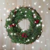 Guirlande de Noël de sapin sur un fond en bois photos stock