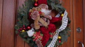 Guirlande de Noël sur l'entrée principale banque de vidéos