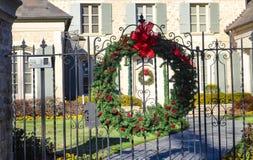 Guirlande de Noël sur la guirlande assortie de encadrement de porte de porte dans la distance photos libres de droits