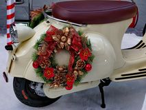 Guirlande de Noël sur la moto Photographie stock libre de droits