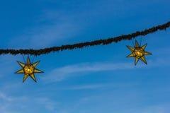 Guirlande de Noël sur le ciel bleu Image stock