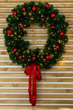 Guirlande de Noël sur le mur en bois Nouvelle année 2019 images stock