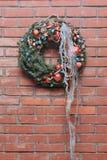 Guirlande de Noël sur un mur de briques Images libres de droits