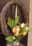 Guirlande de Pâques Décoration de ressort sur la porte en bois de la maison Photographie stock
