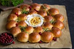 Guirlande de pain de vacances avec le camembert cuit au four, photos stock