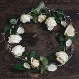 Guirlande de roses sur le fond en bois Image libre de droits