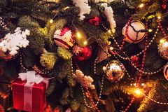Guirlande de scintillement de nouvelle année sur l'arbre de Noël Arbre de Noël décoré de l'or et des boules argentées image stock