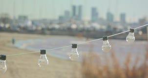 Guirlande des ampoules en café près de la mer clips vidéos