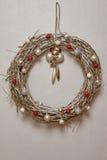 Guirlande des brindilles et des décorations de Noël Image libre de droits