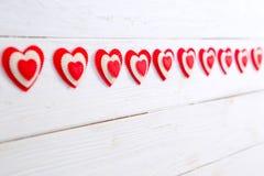 Guirlande des coeurs sur un fond en bois Jour du `s de Valentine Photos stock