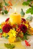 Guirlande des fleurs et de la bougie d'automne Photo stock
