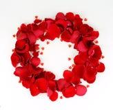 Guirlande des pétales des roses rouges et des coeurs rouges Photos stock