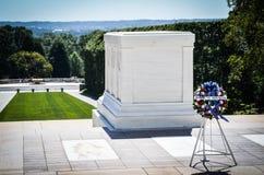 Guirlande devant la tombe du soldat inconnu au cimetière d'Arlington Photographie stock libre de droits