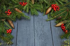 Guirlande du ` s de nouvelle année d'un arbre de Noël vert avec des cônes sur un OE Photographie stock libre de droits