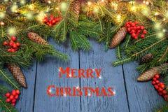 Guirlande du ` s de nouvelle année d'un arbre de Noël vert avec des cônes sur un OE Photos stock
