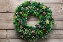 Guirlande en bois de porte de Noël d'avènement avec la décoration de fête Image libre de droits