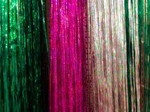 Guirlande en plastique de beau Noël miroitant pendant la nouvelle année, tresse de Noël-arbre, de fête décorée Texture Fond photo stock