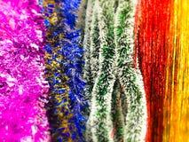 Guirlande en plastique de Noël miroitant pendant la nouvelle année, tresse de Noël-arbre, décorée d'un effet de tache floue Textu photographie stock libre de droits