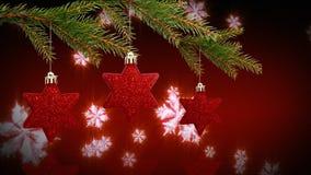 Guirlande et cloches de houx de Noël avec l'arbre de Noël banque de vidéos