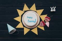 Guirlande et gâteau d'anniversaire de papier triangulaires Photos stock