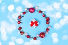 Guirlande et giftbox modernes de Noël sur le fond bleu photos stock