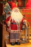 Guirlande faite main de Noël sur une porte en bois Attente des vacances traditions photo stock