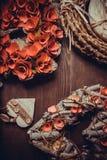 Guirlande faite main en bois dans une forme de coeur Photographie stock libre de droits