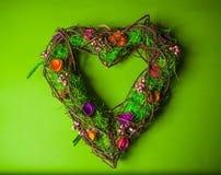 Guirlande faite main en bois dans une forme de coeur Photo stock