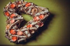 Guirlande faite main en bois dans une forme de coeur Photographie stock