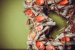 Guirlande faite main en bois dans une forme de coeur Photos stock