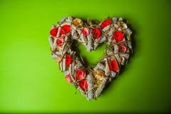 Guirlande faite main en bois dans une forme de coeur Image stock