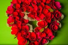 Guirlande faite main en bois dans une forme de coeur Photo libre de droits