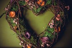 Guirlande faite main en bois dans une forme de coeur Images stock