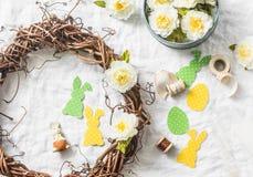 Guirlande faite maison de Pâques des vignes avec des fleurs, lapins de papier, rubans sur un fond blanc, vue supérieure Hom de dé Image libre de droits