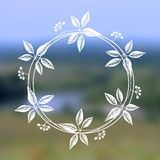 Guirlande florale sur le fond brouillé Photographie stock
