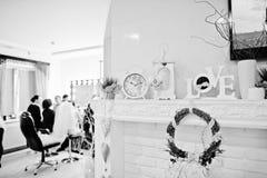 Guirlande, horloge et mots décoratifs d'amour sur le décor au salon de beauté Image stock
