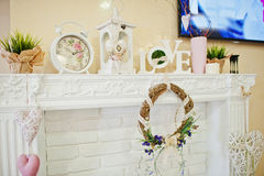 Guirlande, horloge et mots décoratifs d'amour sur le décor au salon de beauté Image libre de droits