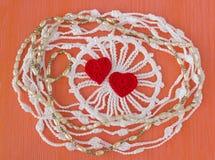 Guirlande organique de dentelle de coton à crochet fait main Le blanc a tricoté le cadre, modèle, fond de travail manuel, métier  Images libres de droits