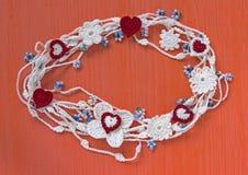 Guirlande organique de dentelle de coton à crochet fait main Le blanc a tricoté le cadre, modèle, fond de travail manuel, métier  Image stock