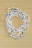 Guirlande organique de dentelle de coton à crochet fait main Le blanc a tricoté le cadre, modèle, fond de travail manuel, métier  Photos libres de droits