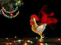 Guirlande perlée colorée de lettre de métier fabriqué à la main de carte de bonne année et de Joyeux Noël sur la branche d'arbre  Photos libres de droits