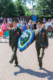 Guirlande-pose et cérémonie commémorative au Jour de la Déclaration d'Indépendance de la république de Bielorussie dans la région Image stock