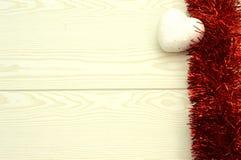 Guirlande rouge avec les coeurs blancs Photos stock