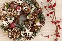 Guirlande sensible de Noël des cônes de pin Photos libres de droits