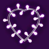 Guirlande sous la forme de coeur avec les lumières rougeoyantes d'isolement sur le fond violet Élément de conception de vecteur p Photo libre de droits
