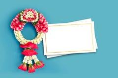 Guirlande traditionnelle thaïlandaise de jasmin et carte de voeux blanche vierge Photo stock
