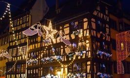 Guirlandes électriques de Noël en ville Photographie stock libre de droits