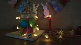 Guirlandes brûlantes d'oeufs de bougies de décoration de Pâques banque de vidéos